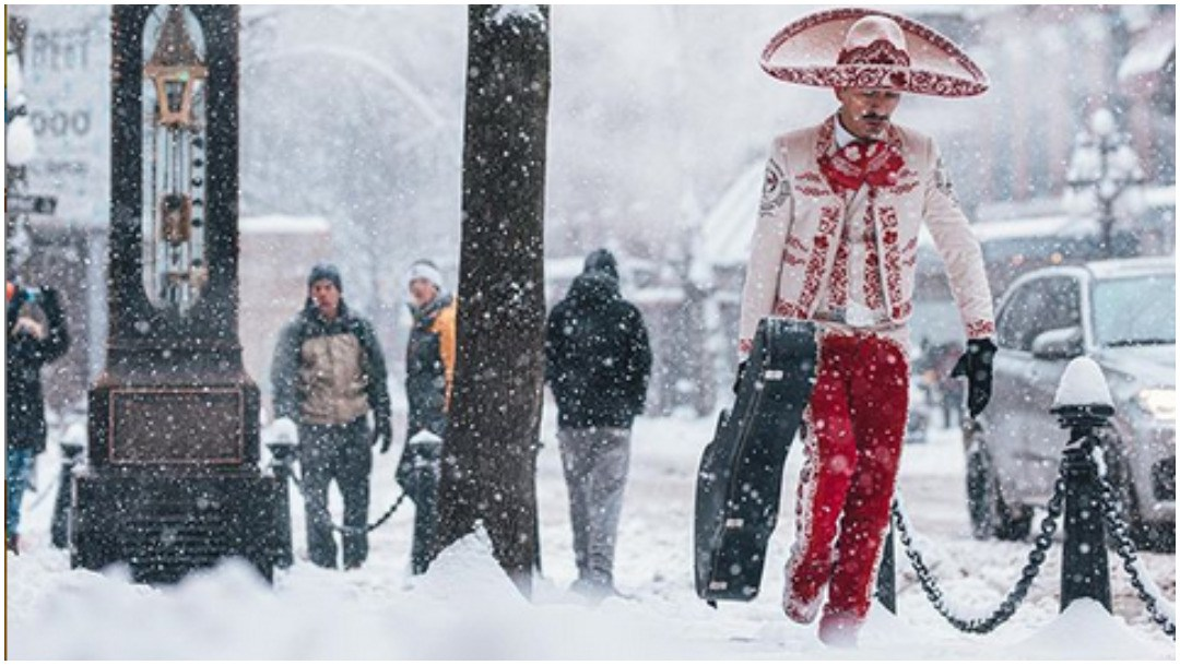 mariachi caminando en la nieve