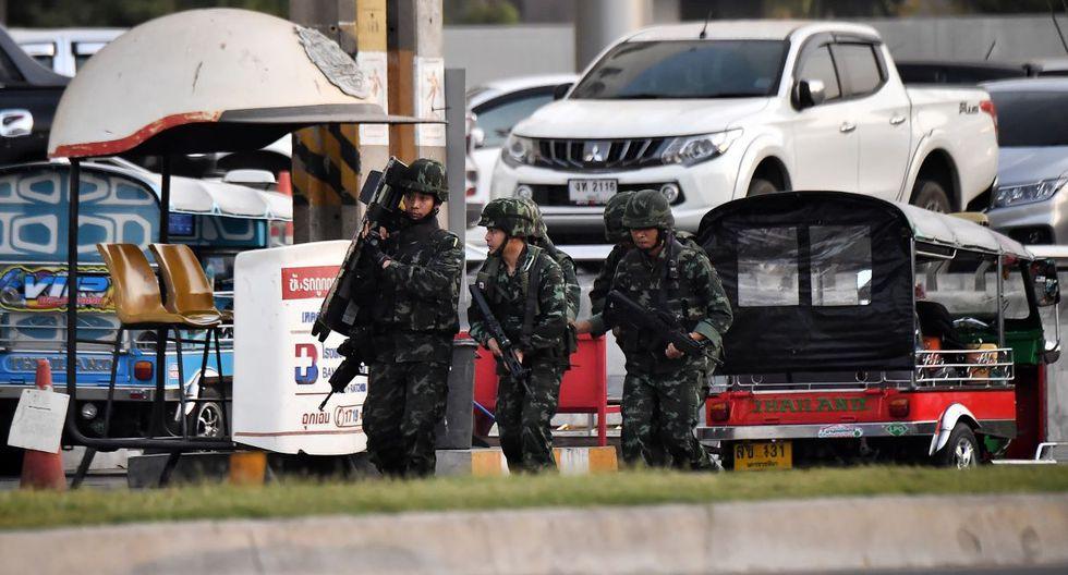 Escondidos en un baño, siguen la matanza en un centro comercial de Tailandia