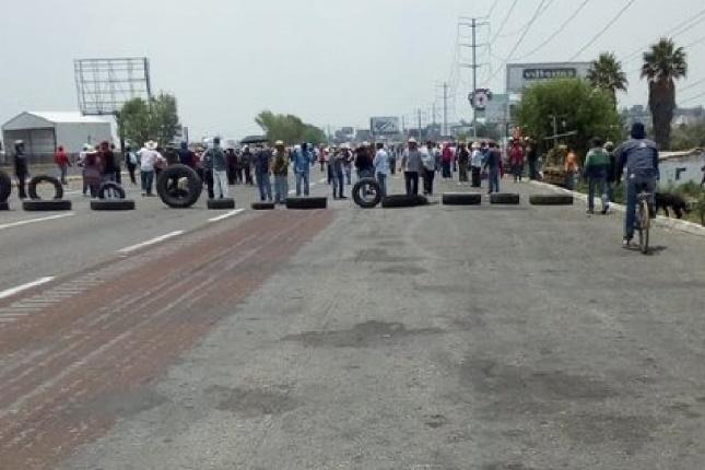 Bloquean pobladores de Coronango la autopista México-Puebla