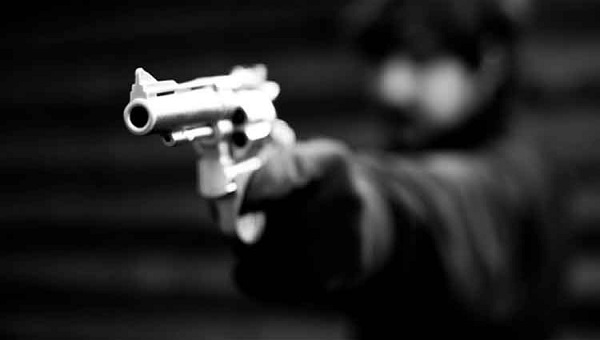 joven con arma