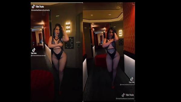 mujer en hotel